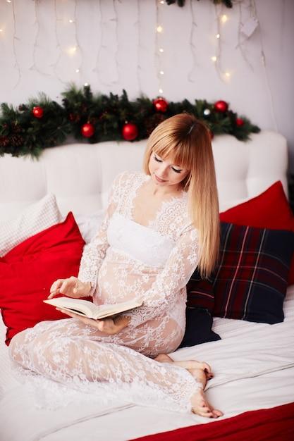 Porträt der schwangeren frau, vibes des neuen jahres. bezaubernde blonde frau erwartet Kostenlose Fotos