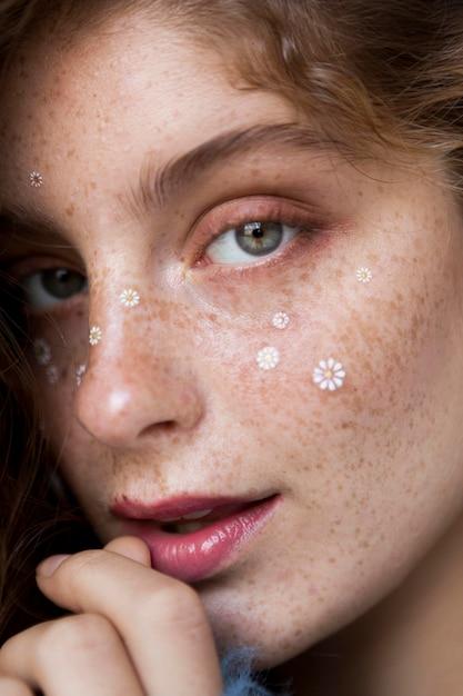 porträt der sommersprossigen frau mit weißen blumen auf