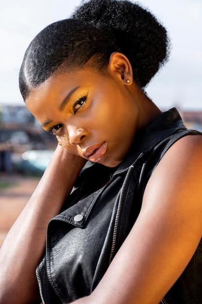 Porträt der stilvollen afrikanischen frau in der lederweste im freien Kostenlose Fotos