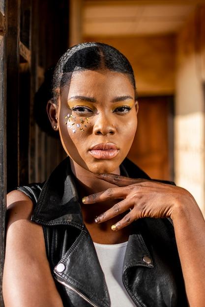 Porträt der stilvollen afrikanischen frau in der lederweste Kostenlose Fotos