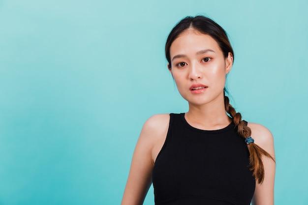 Porträt der überzeugten schönen asiatischen eignungsfrau, die nach übung steht Premium Fotos