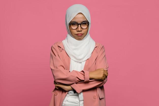 Porträt der unglücklichen schönen asiatischen frau mit gefalteter hand Premium Fotos