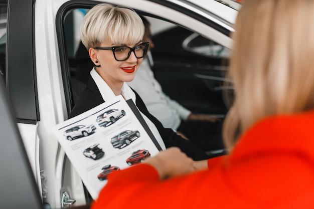 Porträt der vergnügensfrau sprechend mit einem händler. Premium Fotos