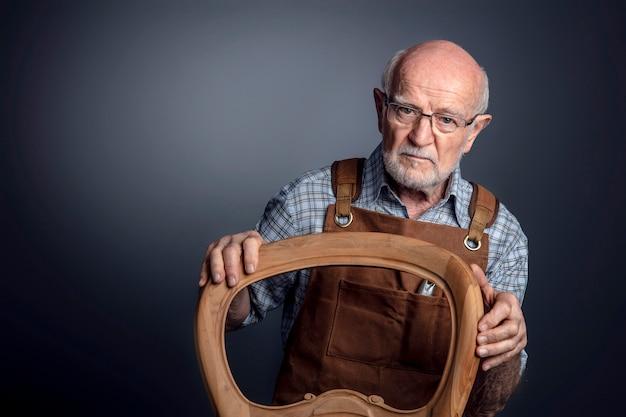 Porträt des älteren kaukasischen handwerkers Premium Fotos