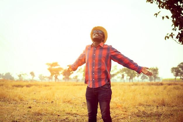 Porträt des afrikanischen reisenden lächelnd und seine erholungszeit in der natur genießend konzept des tourismus-tages Premium Fotos