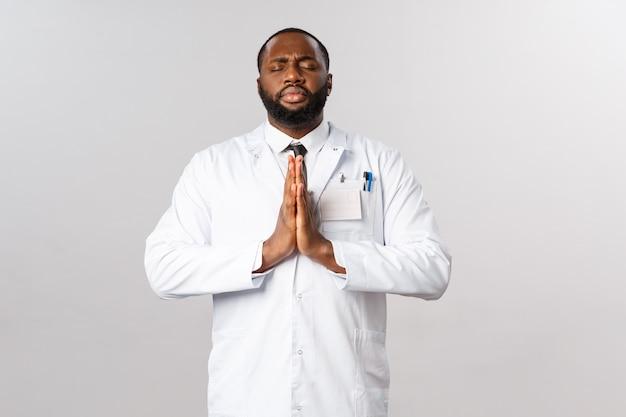 Porträt des afroamerikanischen arztes oder des arztes in der weißen uniform. Premium Fotos