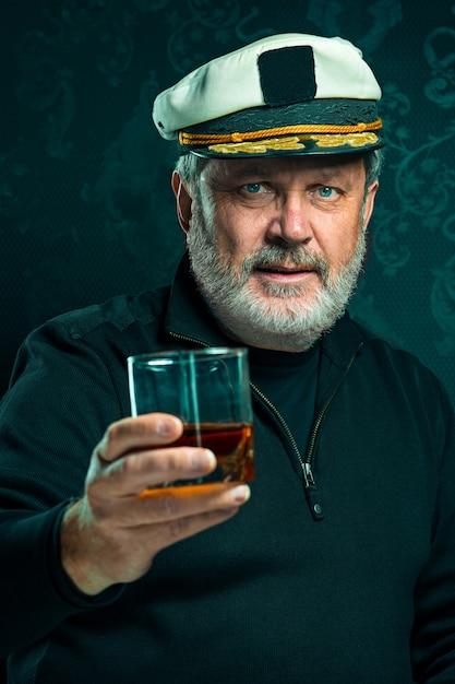 Porträt des alten kapitäns oder seemannsmann im schwarzen pullover Kostenlose Fotos