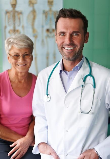 Porträt des arztes mit seinem älteren patienten Kostenlose Fotos