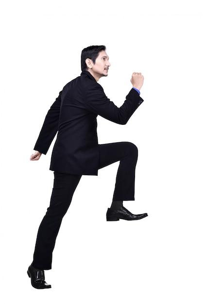 Porträt des asiatischen geschäftsmannes gehend herauf treppe Premium Fotos
