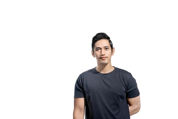 Porträt des asiatischen mannes mit schwarzem t-shirt Premium Fotos