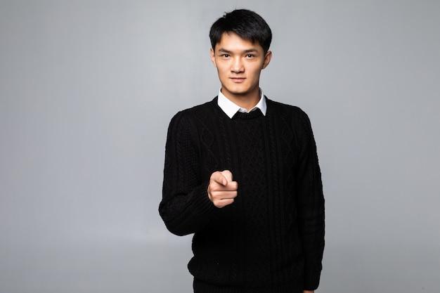 Porträt des asiatischen mannes zeigt finger auf sie über isolierte weiße wand Kostenlose Fotos