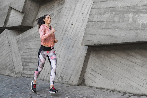 Porträt des athleten laufend im freien Kostenlose Fotos