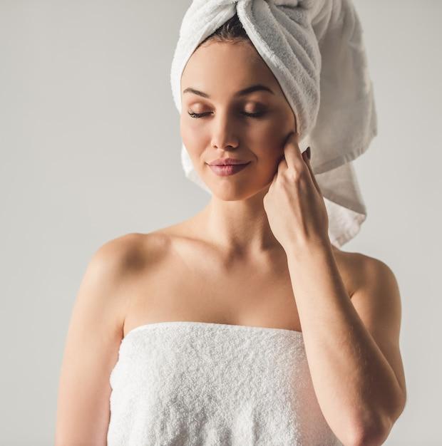 Porträt des attraktiven jungen mädchens mit einem badtuch Premium Fotos