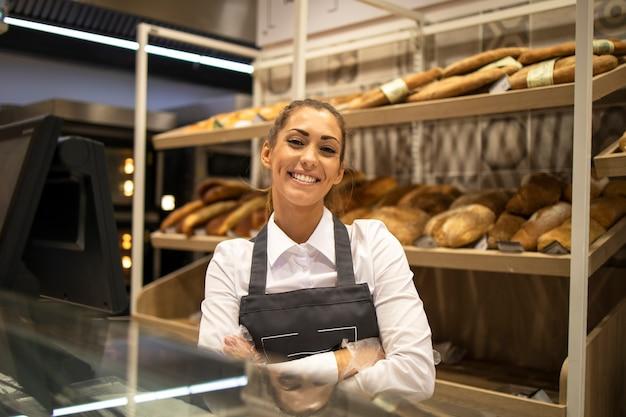 Porträt des bäckereiverkäufers im supermarkt Kostenlose Fotos