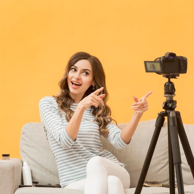 Porträt des blogger, der video aufzeichnet Premium Fotos