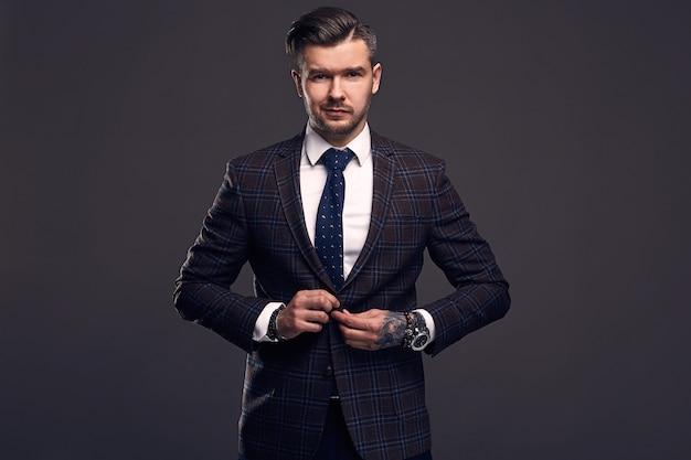 Porträt des eleganten groben mannes in einem wollanzug Premium Fotos