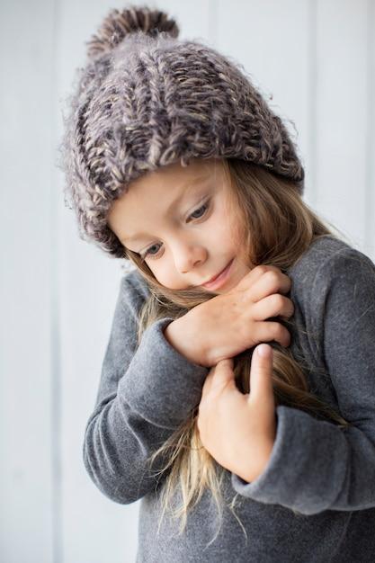 Porträt des entzückenden kleinen mädchens mit winterhut Kostenlose Fotos