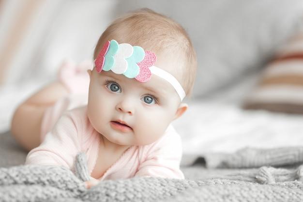 Porträt des entzückenden niedlichen kindes Premium Fotos