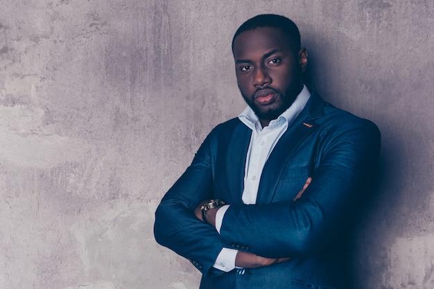 Porträt des erfolgreichen gutaussehenden afroamerikanischen mannes im stilvollen anzug gekreuzte hände Premium Fotos