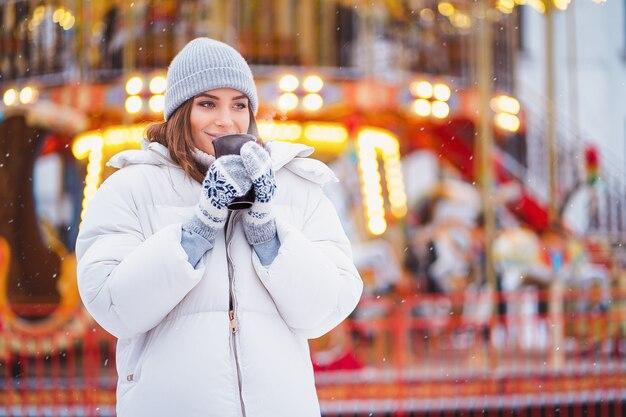 Porträt des erstaunlichen mädchens gehend auf die feiertagsstadt Premium Fotos