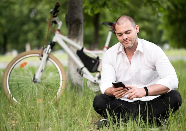 Porträt des erwachsenen männlichen browsing-handys Kostenlose Fotos