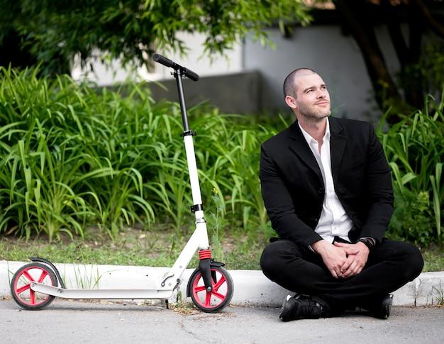 Porträt des erwachsenen mannes, der genießt, draußen zu sein Kostenlose Fotos