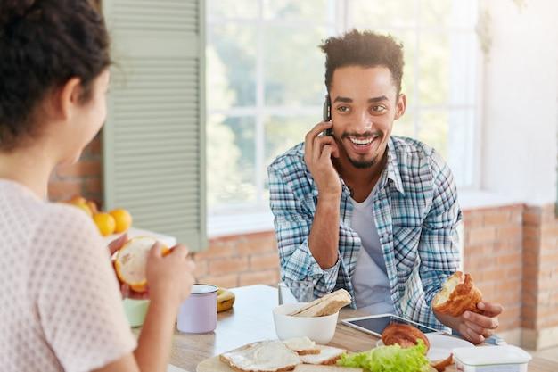 Porträt des freudigen mannes, der froh ist, alten besten freund über handy zu hören, Kostenlose Fotos