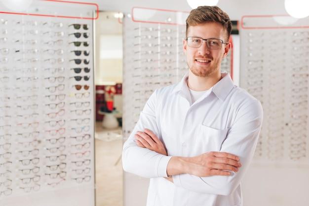 Porträt des freundlichen männlichen optometrikers Kostenlose Fotos