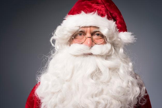 Porträt des freundlichen weihnachtsmannes Kostenlose Fotos