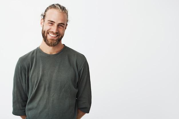 Porträt des fröhlichen gutaussehenden bärtigen kerls mit der modischen frisur lächelnd Kostenlose Fotos