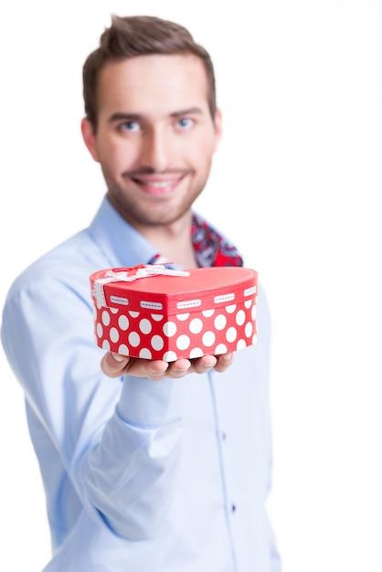 Porträt des glücklichen jungen mannes mit geschenk - lokalisiert auf weiß. Kostenlose Fotos