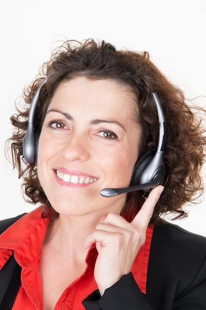 Porträt des glücklichen lächelnden netten stütztelefon-frauenbetreibers im kopfhörer lokalisiert Premium Fotos