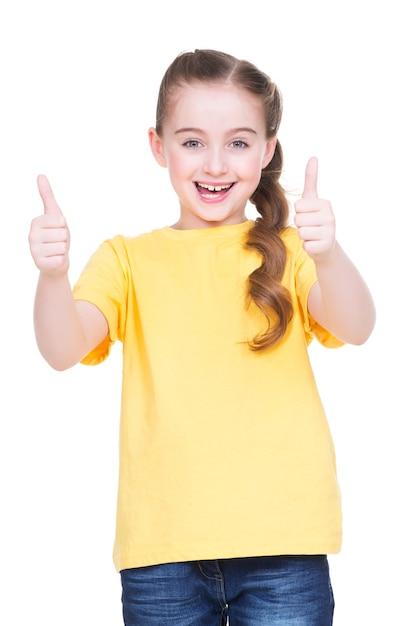 Porträt des glücklichen mädchens, das daumen oben geste im gelben t-shirt zeigt, lokalisiert über weißem hintergrund. Kostenlose Fotos
