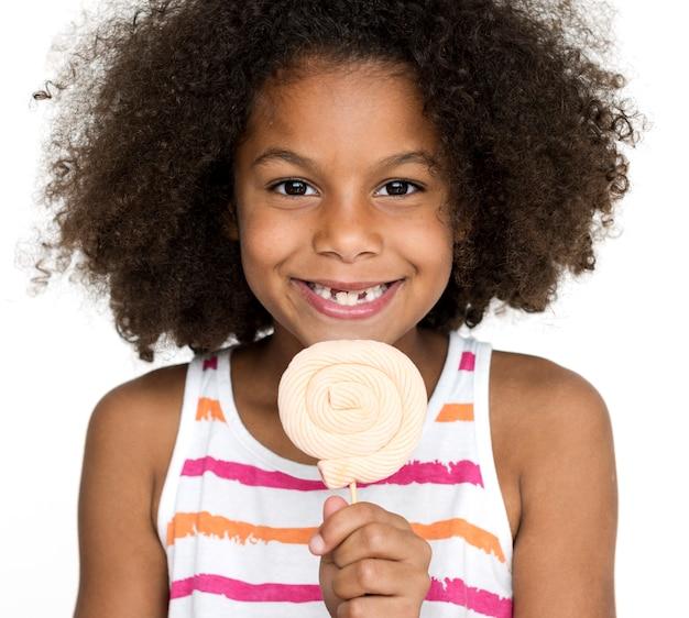 Porträt des glücklichen mädchens mit lutscher Premium Fotos