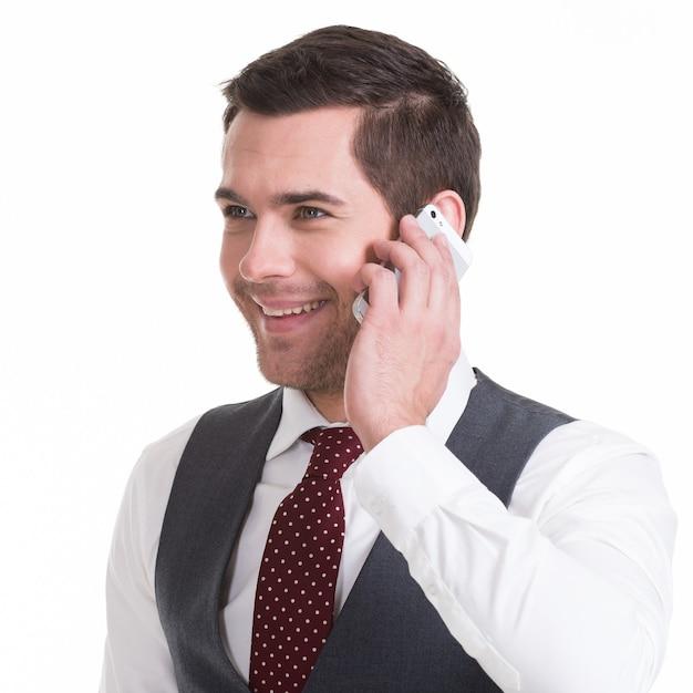 Porträt des glücklichen mannes, der per handy in casuals anruft - isoliert auf weiß. konzeptkommunikation. Kostenlose Fotos