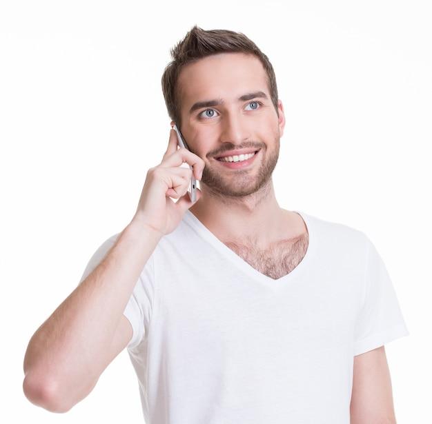 Porträt des glücklichen mannes, der per handy in casuals anruft - isoliert auf weiß Kostenlose Fotos