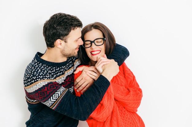 Porträt des glücklichen paars in der liebesumarmung, haben positives lächeln Premium Fotos