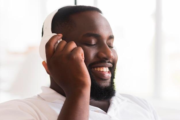 Porträt des gutaussehenden mannes, der musik hört Kostenlose Fotos