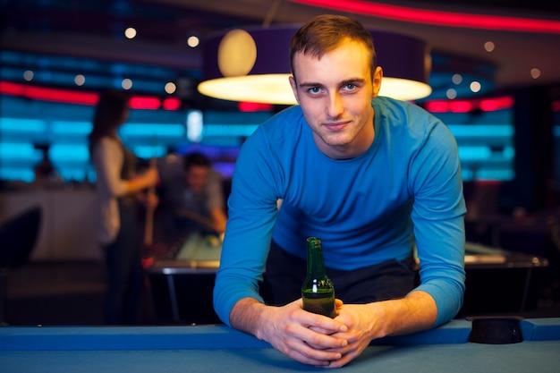 Porträt des gutaussehenden mannes im billardklub Kostenlose Fotos