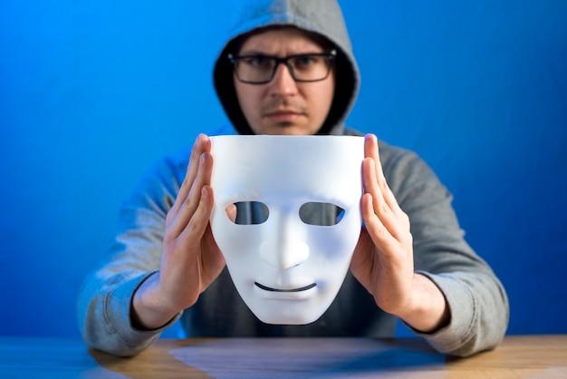 Porträt des hackers mit maske Kostenlose Fotos