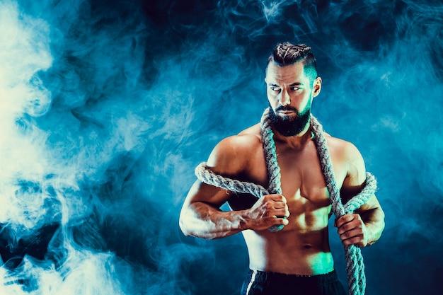 Porträt des hemdlosen bodybuilders. muskulöser mann, der im studio aufwirft. Premium Fotos