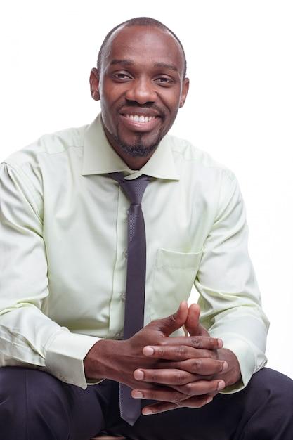 Porträt des hübschen jungen lächelnden mannes des schwarzafrikaners Kostenlose Fotos