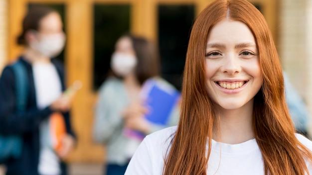 Porträt des hübschen jungen studenten lächelnd Kostenlose Fotos
