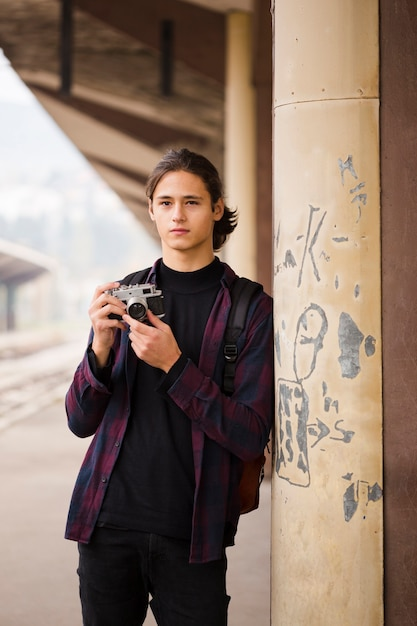 Porträt des hübschen reisenden am bahnhof Kostenlose Fotos