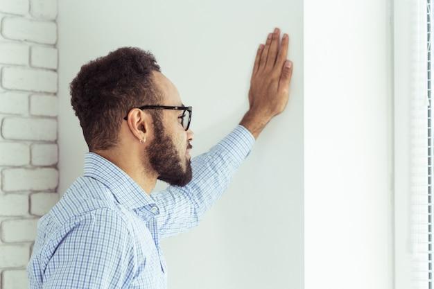 Porträt des hübschen schwarzafrikaneramerikanermannes Premium Fotos