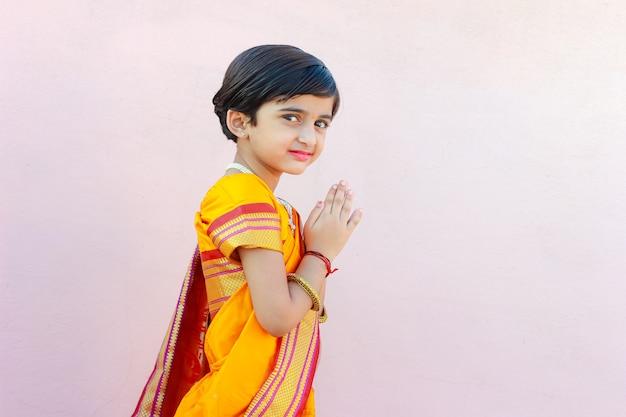 Porträt des indischen kleinen mädchens mit einladender pose Premium Fotos