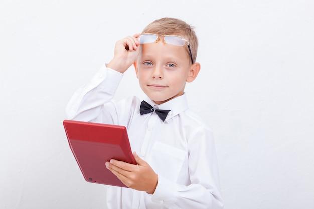 Porträt des jugendlich jungen mit taschenrechner auf weißem hintergrund Kostenlose Fotos