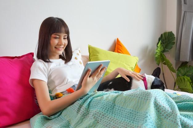 Porträt des jungen asiatin-lächelns Premium Fotos