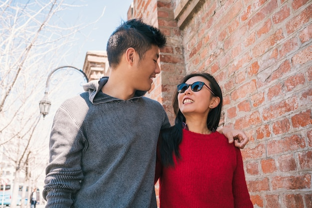 Porträt des jungen asiatischen paares in der liebe, die in der stadt geht und gute zeit zusammen hat. liebeskonzept. Premium Fotos