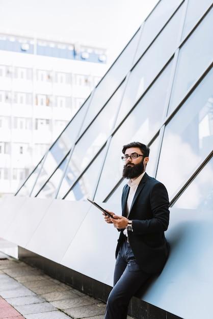 Porträt des jungen geschäftsmannes digitale tablette an draußen halten Kostenlose Fotos